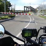 Warten vor der gesperrten historischen einspurigen Lindaunisbrücke an der Schlei