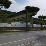 in Carrara ein Marmorhändler neben dem anderen