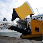 """unser Schiff öffnet sich um die """"Ladungen"""" zu verschlucken"""