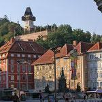 der Hauptplatz in Graz mit dem Uhrturm auf dem Schloßberg