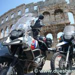 Vor dem Koloseum in Pula