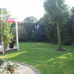Rasenfläche neben dem Haus, Sitzgelegenheiten vorhanden