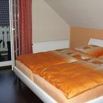 komplett neues Schlafzimmer mit dunklem Laminatboden