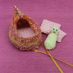zaubersäckchen rotgelb offen mit püppchen und Kissen