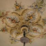 Plafond restauratie in Hilversum. foto genomen na reiniging en retoucheren van de bestaande kleuren