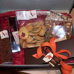 Panier garni: chocolats, biscuits, tablettes...