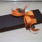 Etui marron et orange. 208 g. 16 €.