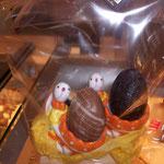 """Duo de coquetiers """"lapin"""" et oeufs en chocolat. 10 €."""