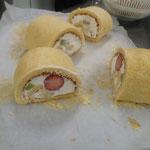 ロールケーキを作りました。写真の為に切り口を探して・・・