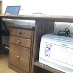 プリンタ台が机の脚にもなっています!