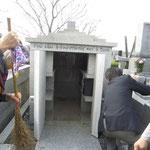 墓前礼拝の前に掃除