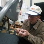 平田の集会場の椅子を修理されていました