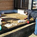 2020年10月21日 土を止める為に枕木設置 土の中からまた石が3袋分(教会員)