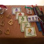 刺繍と木彫りのお土産も
