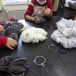 横糸は靴下を作る工程で出る端材だそうです