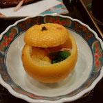 ゆべし、かな?柚子釜に餅、百合根などを入れ、蒸したもの。