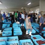 10日、宇出津の魚市場。