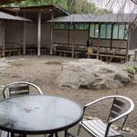山香煎餅せんべいの庭の前庭。前方に見えるのが煎餅の手焼きを体験する炉端。