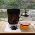 できたての「しまんと紅茶プレミアム」を試飲。