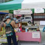 10月8日、市役所前の広場。「協働と交流のつどい」で加賀の紅茶をデモ販売。