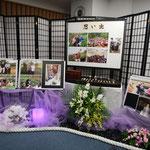 お別れの会のロビーに展示された磯淵さんの遺品、活動写真