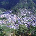 片岡さんが住む集落。山の上の畑から撮影。