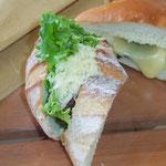 ブラットさんのパンをお昼にいただく。うまい。