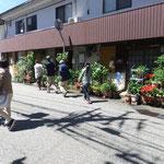 家の前に鉢植えを飾る市街地の住宅。