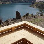 テラスからダム湖を見下ろす。