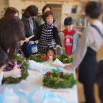2日、午前。片山津温泉でまち塾。生花店「ミッシェル」でクリスマスリースづくり。