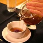 ティーポットでスープを注ぎ、緑茶を浮かべる。