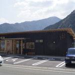 岸本さんのお店。ガードマンが駐車場整理をしていました。