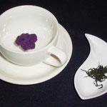 ティーカップでいただくスープ。右にあるのが自家製の手揉み緑茶。