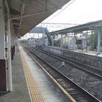 電車を待つ人がひとり。