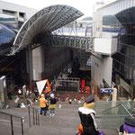 京都駅、コスプレの人たちを遠くから眺める