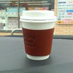 8日。コンビニ・コーヒーを手製のスリーブで。
