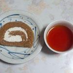 加賀棒茶のロールケーキ。