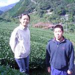 岸本さんの茶畑で。