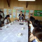 加賀の紅茶の入れ方教室。講師は小川敦子さん。壁の絵は打越小学校の生徒が茶畑を写生したもの。村さん。