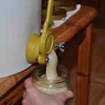 Nach einer Woche täglich 2x Rühren kristallisiert der Honig schön feincremig