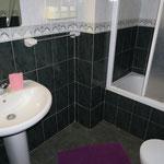Badezimmer mit Dusche + Badewanne