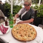 Jumbo-Pizza am Hafen von Trogir