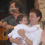 ein glücklicher Vater mit seinem Sohn bei der Tauffeier in Chania
