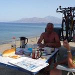 das 1. Frühstück 2011 auf kretischem Boden am Komos-Beach