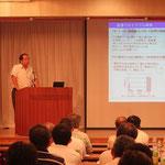 パワーポイントで作成したスライドを用いて分かり易く説明する大西隆氏