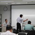 ホワイトボードを使って懇切丁寧な説明をする西川氏。