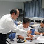 L型擁壁の設計演習を指導する㈱第一コンサルタンツの水田勝也氏。