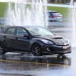 Una Mazda 3 MPS su fondo bagnato