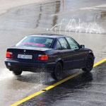La vieille BMW 320i sans électronique de Pascal Stauffer prend beaucoup de compétences.