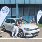 Christian Härri (27) et Fabian Hug (24) devant la VW Golf GTI.